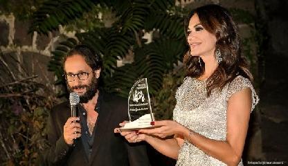 http://www.ragusanews.com//immagini_articoli/19-09-2017/festival-verghiano-premio-carriera-mariagrazia-cucinotta-240.jpg