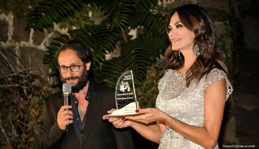 https://www.ragusanews.com//immagini_articoli/19-09-2017/festival-verghiano-premio-carriera-mariagrazia-cucinotta-500.jpg