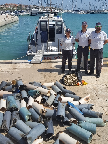 https://www.ragusanews.com//immagini_articoli/19-09-2017/pesca-polpi-tubi-plastica-500.jpg
