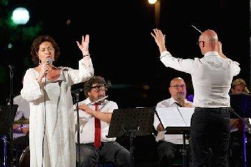 https://www.ragusanews.com//immagini_articoli/19-09-2019/rita-botto-e-la-banda-di-avola-in-teatro-a-modica-240.jpg