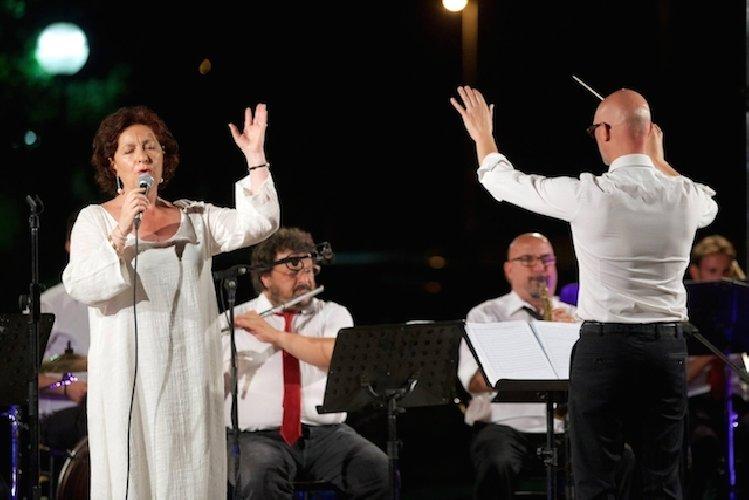 https://www.ragusanews.com//immagini_articoli/19-09-2019/rita-botto-e-la-banda-di-avola-in-teatro-a-modica-500.jpg