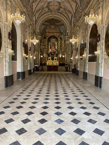 https://www.ragusanews.com//immagini_articoli/19-09-2020/1600511193-splende-il-pavimento-del-santuario-a-chiaramonte-1-500.jpg