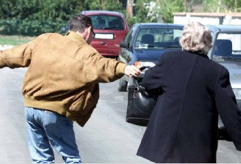 https://www.ragusanews.com//immagini_articoli/19-09-2020/rapine-ad-anziane-arrestati-due-minorenni-240.jpg