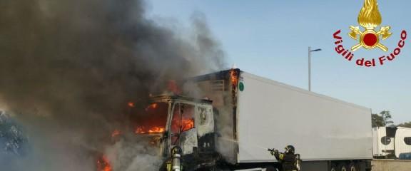 https://www.ragusanews.com//immagini_articoli/19-09-2020/va-a-fuoco-un-camion-sulla-catania-siracusa-240.jpg