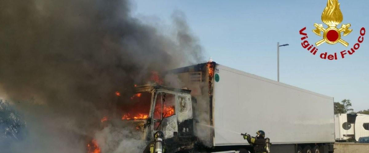 https://www.ragusanews.com//immagini_articoli/19-09-2020/va-a-fuoco-un-camion-sulla-catania-siracusa-500.jpg