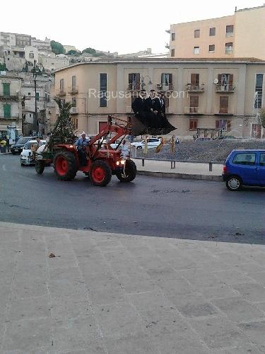 https://www.ragusanews.com//immagini_articoli/19-10-2014/a-modica-la-sposa-sul-trattore-lo-sposo-sulla-pala-500.jpg