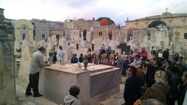 http://www.ragusanews.com//immagini_articoli/19-10-2016/a-noto-teatro-al-cimitero-e-artisti-di-strada-in-citta-420.jpg