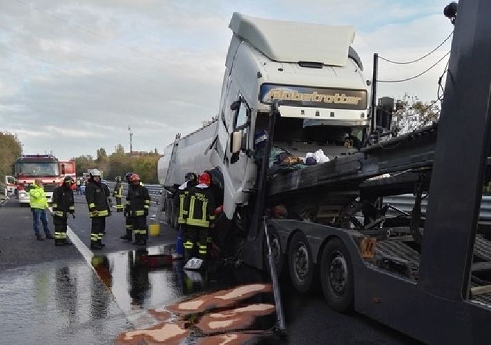 http://www.ragusanews.com//immagini_articoli/19-10-2017/autocisterna-sversa-mila-litri-carburante-cataniapalermo-500.jpg