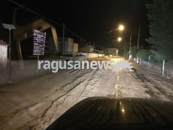 https://www.ragusanews.com//immagini_articoli/19-10-2018/piove-marina-modica-fiume-fango-500.jpg