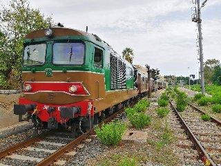 https://www.ragusanews.com//immagini_articoli/19-10-2018/treno-storico-olio-pane-240.jpg