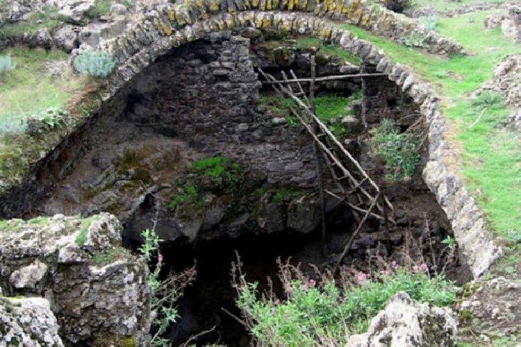 https://www.ragusanews.com//immagini_articoli/19-10-2020/1603090649-palazzo-biscari-e-la-neviera-sull-etna-3-500.jpg