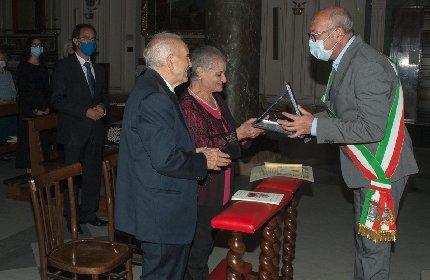 https://www.ragusanews.com//immagini_articoli/19-10-2020/pippa-e-nino-60-anni-di-matrimonio-in-sicilia-280.jpg