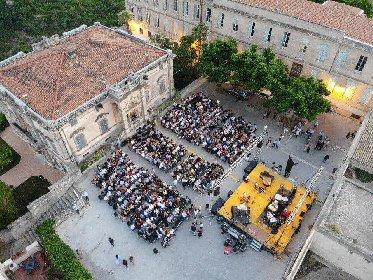 https://www.ragusanews.com//immagini_articoli/19-10-2020/teatro-la-medea-a-ragusa-ibla-280.jpg