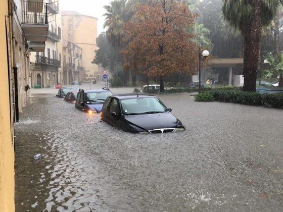 http://www.ragusanews.com//immagini_articoli/19-11-2016/alluvione-a-licata-auto-sott-acqua-video-420.jpg