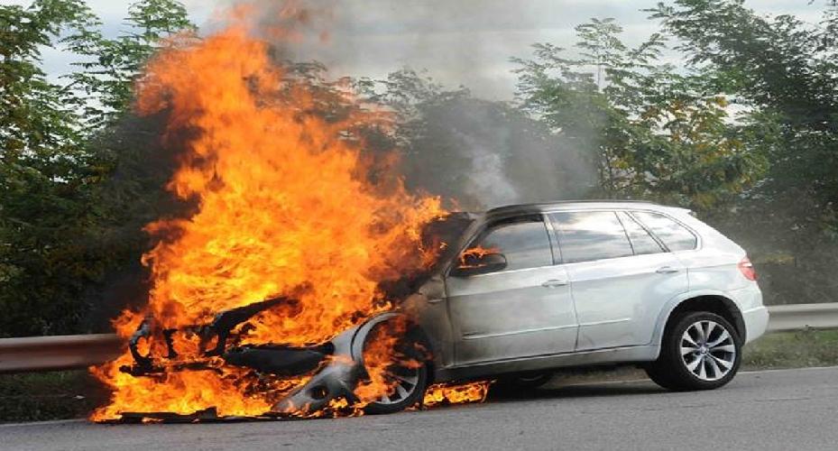 https://www.ragusanews.com//immagini_articoli/19-11-2017/auto-contromano-scontro-frontale-macchina-fiamme-pact-500.jpg