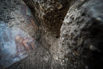 https://www.ragusanews.com//immagini_articoli/19-11-2018/1542626988-archeologia-affiora-affresco-luci-rosse-pompei-1-240.jpg