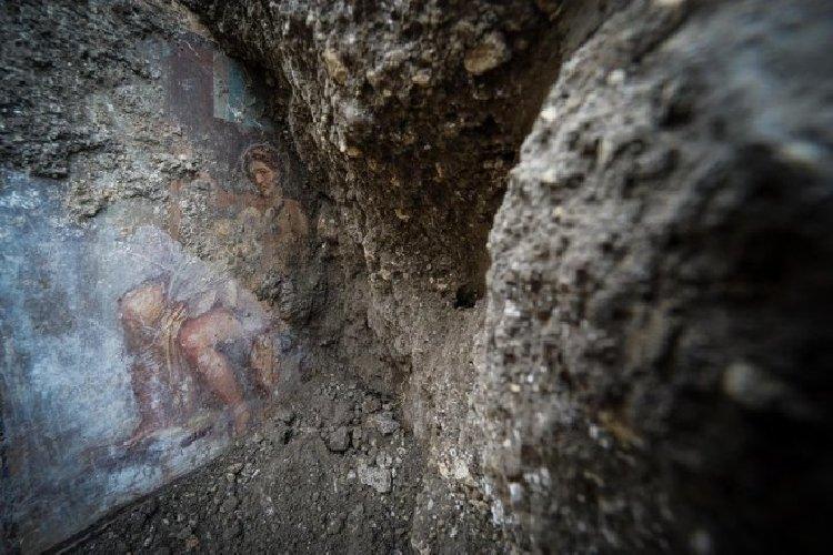 https://www.ragusanews.com//immagini_articoli/19-11-2018/1542626988-archeologia-affiora-affresco-luci-rosse-pompei-1-500.jpg