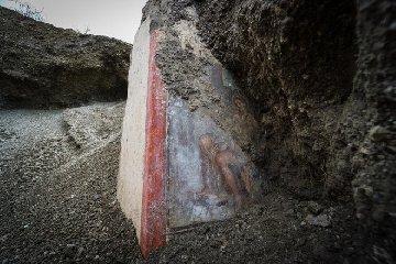 https://www.ragusanews.com//immagini_articoli/19-11-2018/1542627142-archeologia-affiora-affresco-luci-rosse-pompei-1-240.jpg