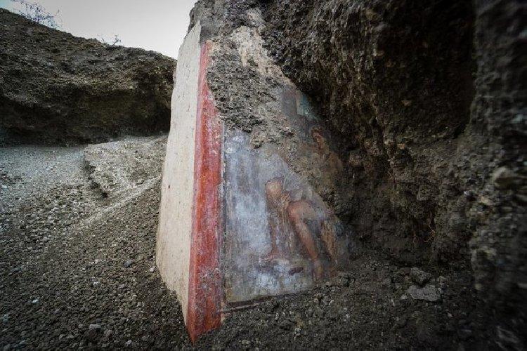 https://www.ragusanews.com//immagini_articoli/19-11-2018/1542627142-archeologia-affiora-affresco-luci-rosse-pompei-1-500.jpg