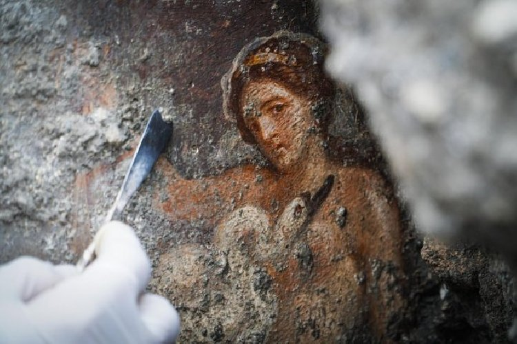 https://www.ragusanews.com//immagini_articoli/19-11-2018/1542627169-archeologia-affiora-affresco-luci-rosse-pompei-1-500.jpg