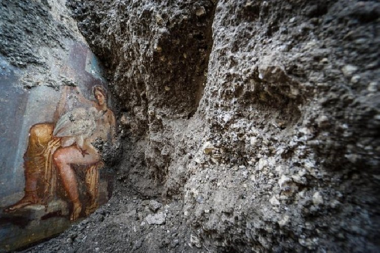 https://www.ragusanews.com//immagini_articoli/19-11-2018/1542627198-archeologia-affiora-affresco-luci-rosse-pompei-1-500.jpg