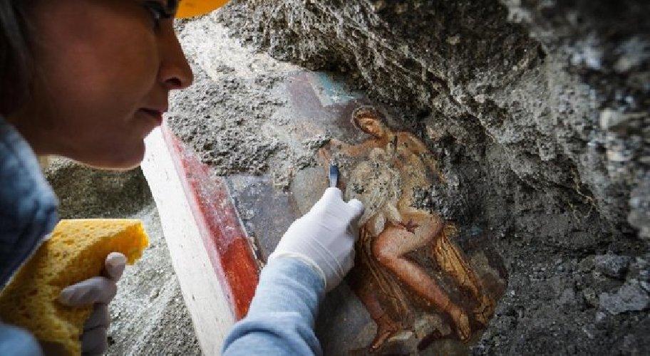 https://www.ragusanews.com//immagini_articoli/19-11-2018/archeologia-affiora-affresco-luci-rosse-pompei-500.jpg