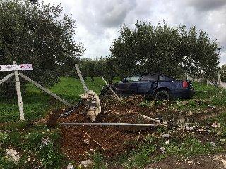 https://www.ragusanews.com//immagini_articoli/19-11-2018/incidente-feriti-auto-alberi-240.jpg