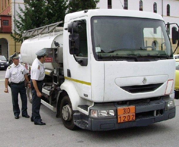 https://www.ragusanews.com//immagini_articoli/19-11-2018/scicli-trasporto-illecito-carburante-multato-500.jpg