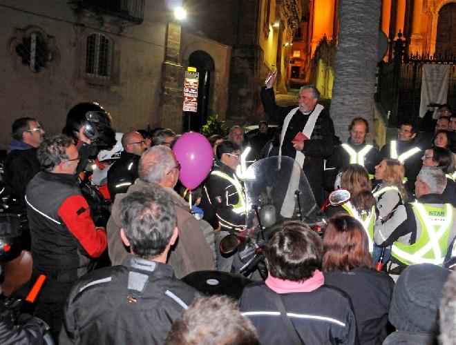 http://www.ragusanews.com//immagini_articoli/19-12-2014/sabato-la-motofiaccolata-di-ragusa-500.jpg