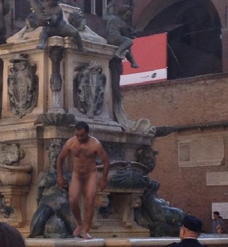 https://www.ragusanews.com//immagini_articoli/19-12-2015/21enne-ragusano-fa-il-bagno-alla-dolce-vita-nella-fontana-del-nettuno-500.jpg