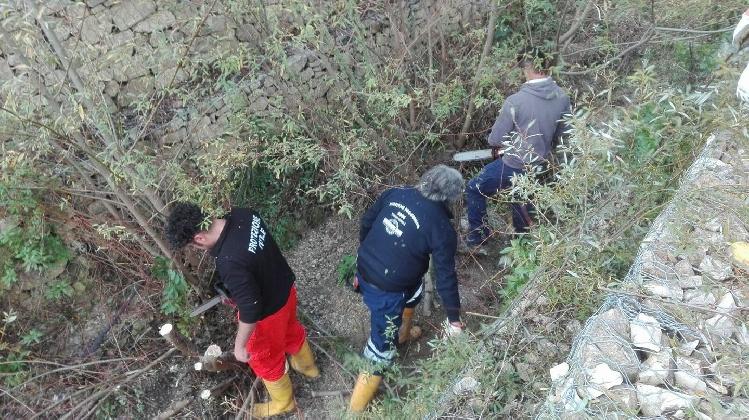 http://www.ragusanews.com//immagini_articoli/19-12-2016/giarratana-intervento-della-protezione-civile-nel-torrente-tiracavalli-420.jpg
