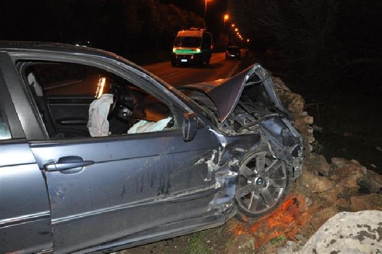 https://www.ragusanews.com//immagini_articoli/20-01-2014/bmw-contro-trattore-un-ferito-500.jpg