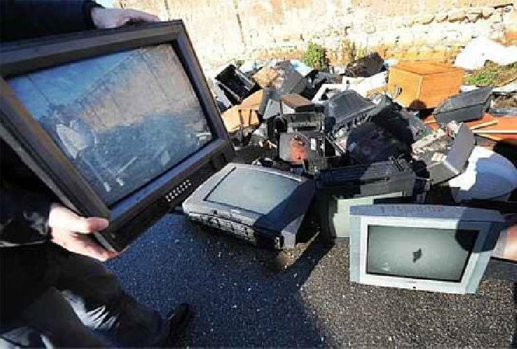 http://www.ragusanews.com//immagini_articoli/20-01-2014/lancia-il-televisore-dal-balcone-danneggiando-auto-in-sosta-500.jpg