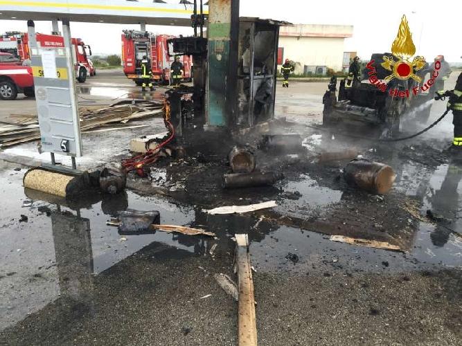 http://www.ragusanews.com//immagini_articoli/20-01-2015/esplode-auto-in-una-stazione-di-servizio-500.jpg