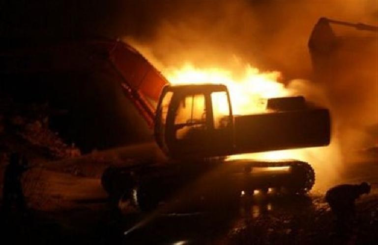 http://www.ragusanews.com//immagini_articoli/20-01-2016/incendiato-un-escavatore-a-frigintini-500.jpg