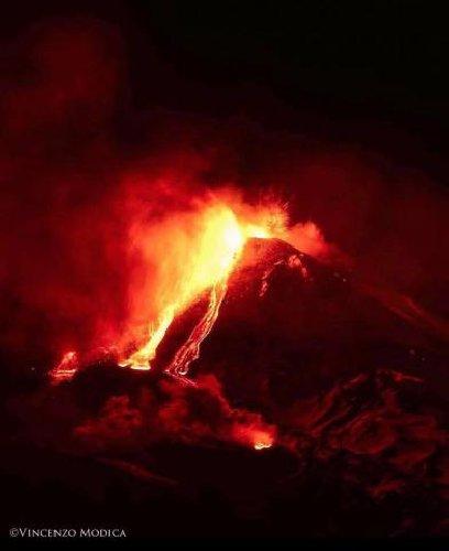 https://www.ragusanews.com//immagini_articoli/20-01-2021/1611134488-le-foto-dell-eruzione-dell-etna-3-500.jpg