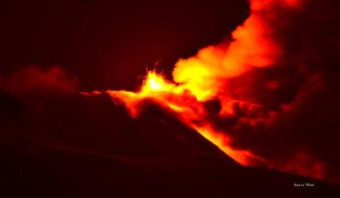 https://www.ragusanews.com//immagini_articoli/20-01-2021/1611134520-le-foto-dell-eruzione-dell-etna-4-280.jpg