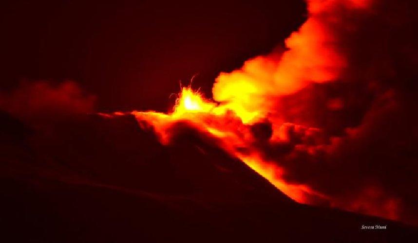https://www.ragusanews.com//immagini_articoli/20-01-2021/1611134520-le-foto-dell-eruzione-dell-etna-4-500.jpg