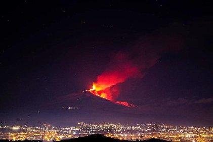 https://www.ragusanews.com//immagini_articoli/20-01-2021/1611134567-le-foto-dell-eruzione-dell-etna-6-280.jpg