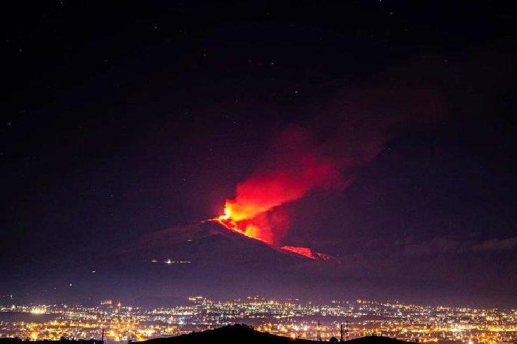 https://www.ragusanews.com//immagini_articoli/20-01-2021/1611134567-le-foto-dell-eruzione-dell-etna-6-500.jpg
