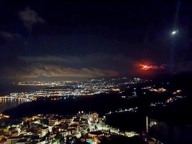 https://www.ragusanews.com//immagini_articoli/20-01-2021/1611134589-le-foto-dell-eruzione-dell-etna-7-500.jpg