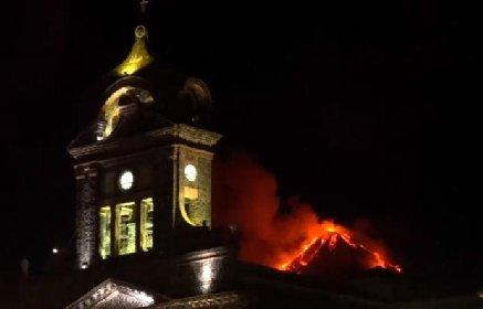 https://www.ragusanews.com//immagini_articoli/20-01-2021/le-foto-dell-eruzione-dell-etna-280.jpg