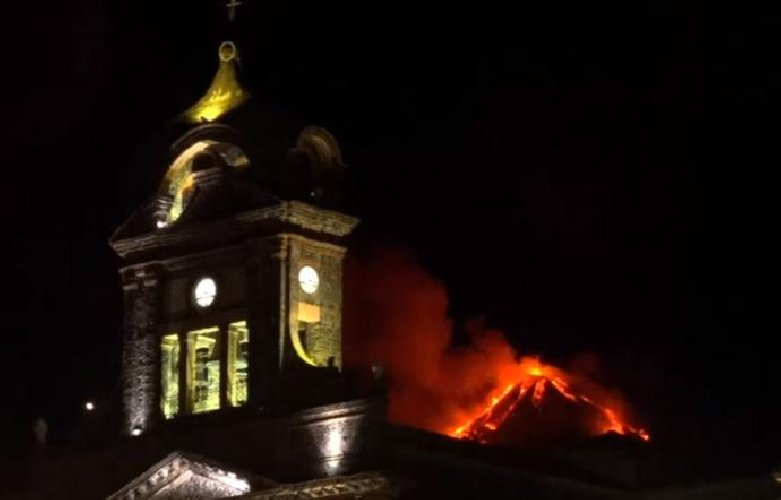 https://www.ragusanews.com//immagini_articoli/20-01-2021/le-foto-dell-eruzione-dell-etna-500.jpg