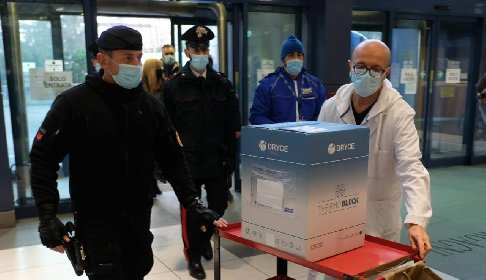 https://www.ragusanews.com//immagini_articoli/20-01-2021/vaccinopoli-ragusana-si-allunga-la-lista-in-mano-ai-carabinieri-280.jpg