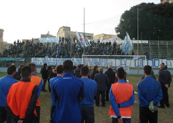 http://www.ragusanews.com//immagini_articoli/20-02-2014/il-siracusa-calcio-ha-reso-omaggio-a-francesco-ficili-500.jpg