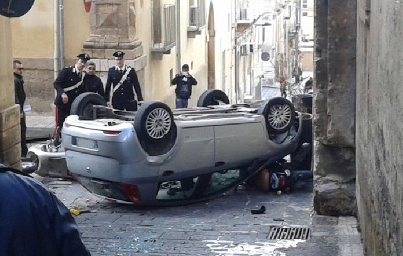 http://www.ragusanews.com//immagini_articoli/20-02-2015/auto-parcheggiata-cappotta-e-travolge-tre-moto-500.jpg