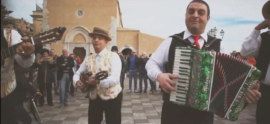 https://www.ragusanews.com//immagini_articoli/20-02-2017/tarantella-edicola-ciuri-video-420.jpg