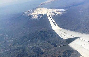 https://www.ragusanews.com//immagini_articoli/20-02-2019/etna-eruzione-chiuso-aeroporto-catania-240.jpg