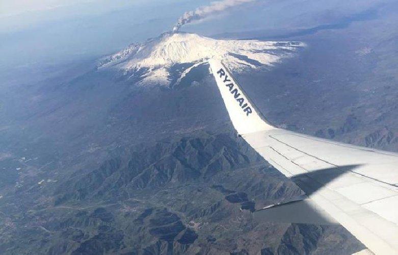 https://www.ragusanews.com//immagini_articoli/20-02-2019/etna-eruzione-chiuso-aeroporto-catania-500.jpg
