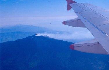 https://www.ragusanews.com//immagini_articoli/20-02-2019/etna-sbuffa-chiusa-parte-spazio-aereo-catania-240.jpg